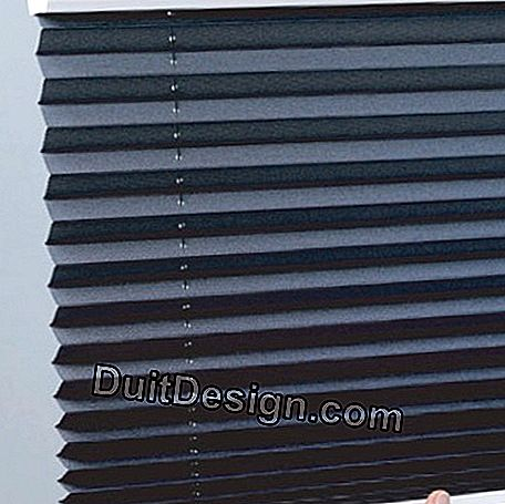 Manual pleated blind with brake