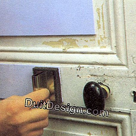 Paint the moldings of a door at the stamp