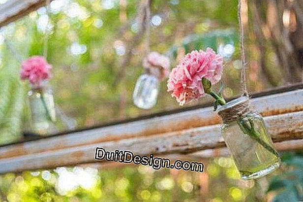 Decoration: the recycling and DIY trend, here flowers in hanging jars