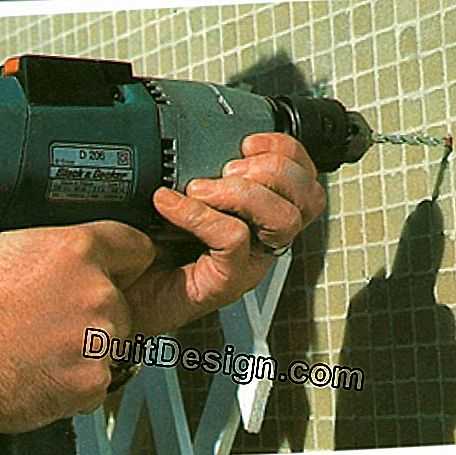 Once the trellising is done, it must be firmly fixed to the wall. If possible, place dowels after drilling and screw.