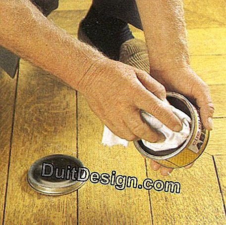 Spread paste wax, more convenient, on the floor with a cloth