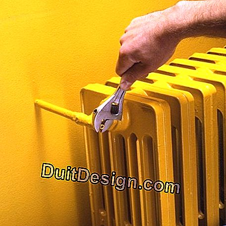 An adjustable wrench adjusts a radiator without a handle
