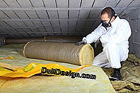 Setting up of glass wool in the attic