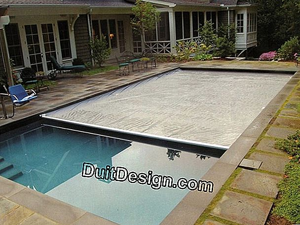 A retractable pool cover
