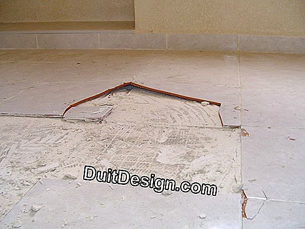 Seal the joints of a wall tile