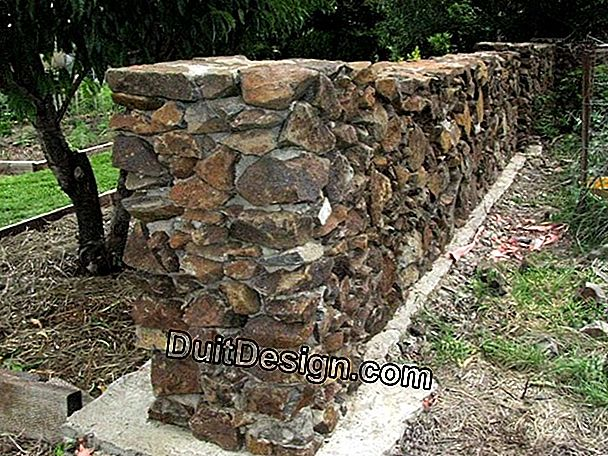 How to build a wall of natural stone?