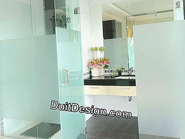 Letakkan partisi shower walk-in