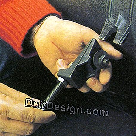 A threaded rod allows the proper installation of the feet