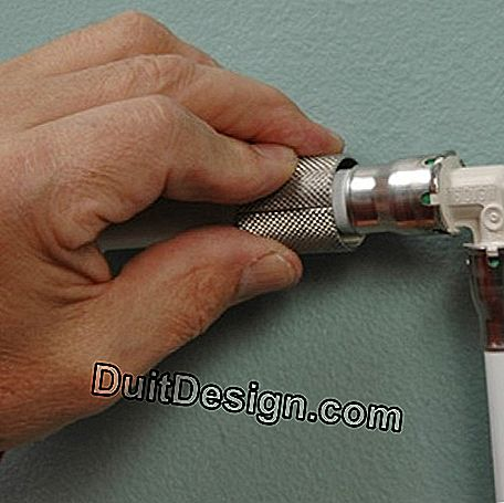 Tighten the two metal parts around the pipe