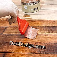 Application of the second layer of oil on a floor